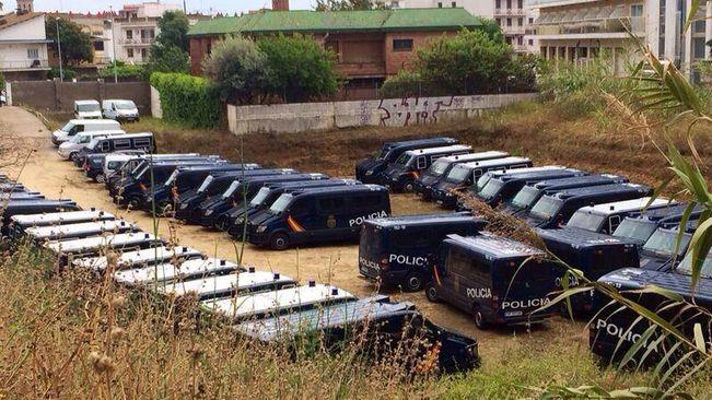 Furgonetes dels antiavalots de la Policia Nacional aparcades a Calella