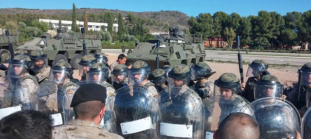 Militars amb equips antiavalots durant els exercicis