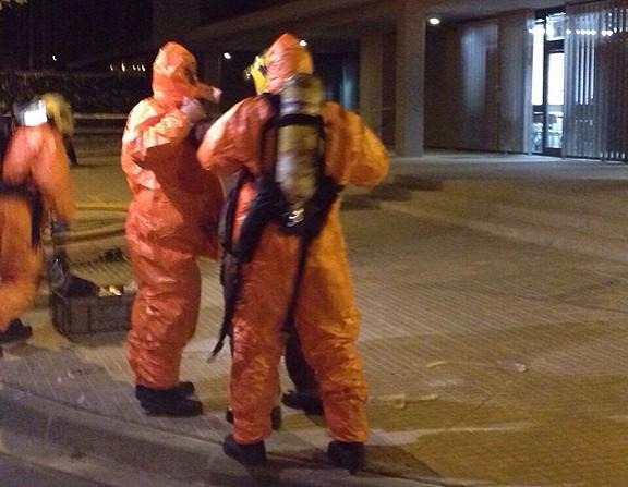 Els Bombers a Cardedeu amb vestit NBQ per examinar la substància.
