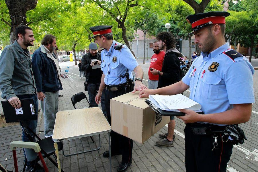 Els Mossos retiren urnes del Multireferèndum al districte de Nous Barris durant les últimes eleccions europees. / PERE VIRGILI