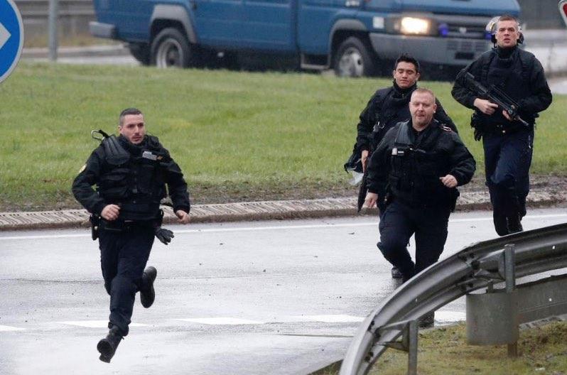 Agents corrent cap a la fàbrica on es trobaven amagats els terroristes.