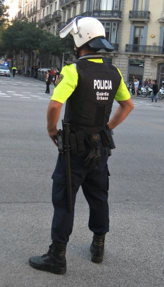 Armilla exterior que hi ha als patrulles (no a les motos ni agents a peu). Dificulta el moviment i és menys ergonòmica que una armilla interior.