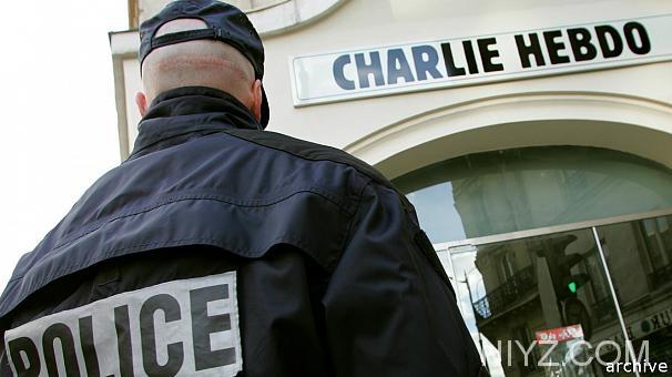 Un agent de la Policia Nacional davant de la redacció.