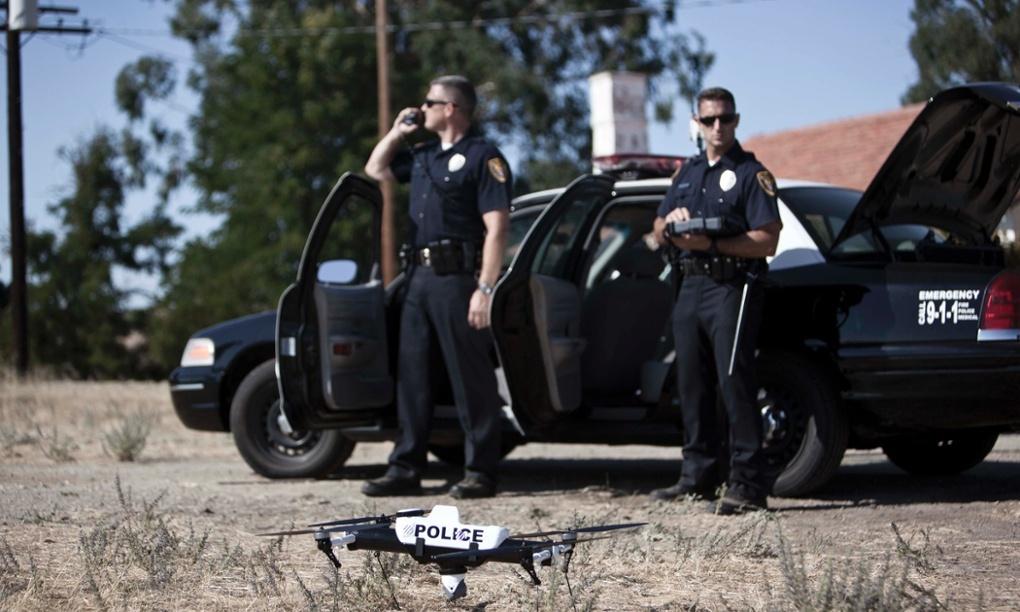 Una patrulla policial amb un drone.
