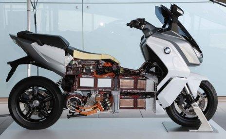 Les bateries ocupen gran part del vehicle i augmenten el seu pes fins al 265 kg.