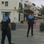 Cadaqués. Agents de la Policia Local de Cadaqués, patrullant per l'avinguda Caritat Serinyana, al centre del municipi.