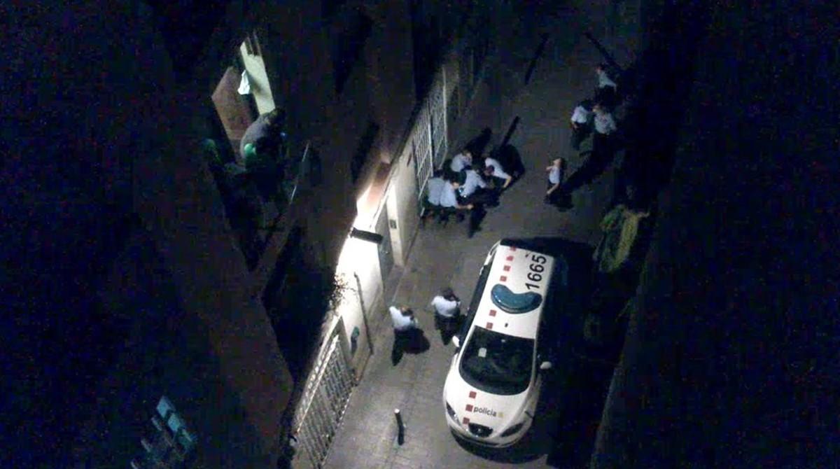 Mossos de Esquadra reducen  Juan Andres Benitez en la Calle Aurora de Barcelona  Imagen de Video